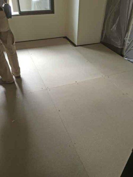浮床の設置:吸音材・床施工3