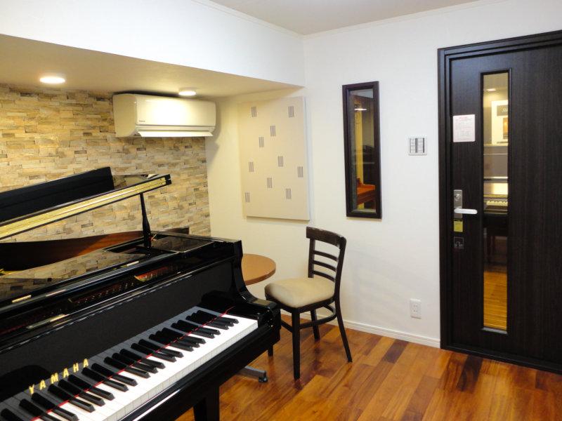 グランドピアノを使ったレッスン室